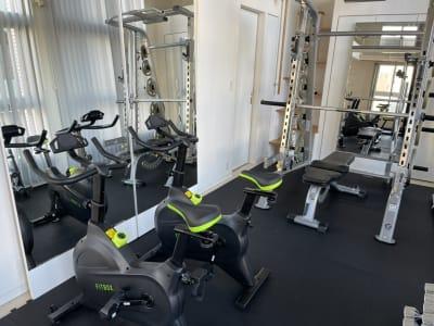サイクリングマシン2台あります、パーソナルトレーニングには最適です。 - パーソナルトレーニングジム インテンションの室内の写真