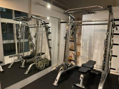 メインのトレーニングマシンのスミスマシンです!! - パーソナルトレーニングジム インテンションの室内の写真
