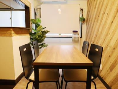 テーブルサイズ:120cm x 60cm - LEAD conference 赤羽 room Bの室内の写真
