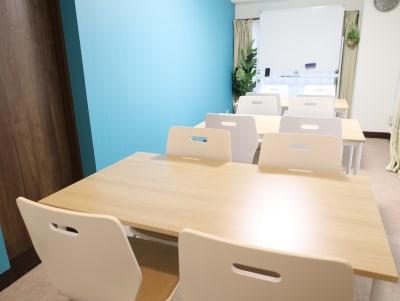 テーブルは3つに分割可能 - LEAD conference 赤羽 room Aの室内の写真