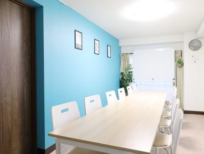 12名+4名(予備椅子)着席可能  - LEAD conference 赤羽 room Aの室内の写真