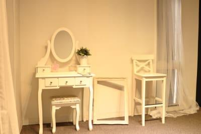 女性らしいホワイトのドレッサー - 大手町スペースブリッド ★撮影スタジオ(6名)5Dの室内の写真