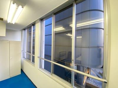 窓を開けて喚起可能(個室) - TIMESHARINGBiz東京 駅前4F【旧みんなの会議室】の室内の写真