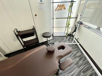 有孔ベッド ・有孔ベッド用フェイスシートのご用意があります。  ・タオル類はご用意がないため、ご持参ください。 - ドゥーズ@名駅 レンタルサロン、レンタルスペースの設備の写真