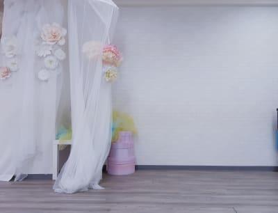 白壁 - MERIA 多目的サロンスペースの室内の写真