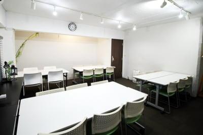 入口の扉は防音扉。  - 四谷三丁目グラッドスペース 貸し会議室3Fの室内の写真