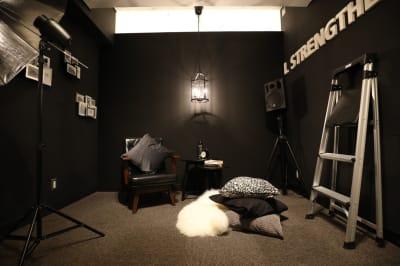 珍しい黒い壁でクールな撮影が出来ます。男性にも人気です。 - 大手町スペースブリッド ★撮影スタジオ(6名)5Dの室内の写真