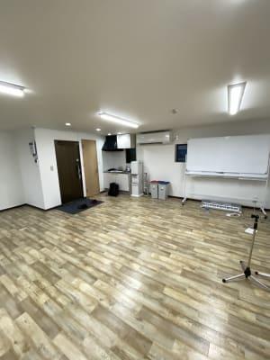 事務所入り口付近とトイレとゴミ箱とエアコンとキッチン - JCMGスクール 駒川中野校 音楽スタジオの室内の写真