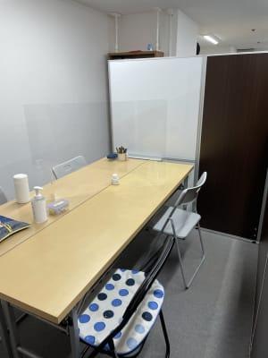 透明アクリル板もございます。 - 三軒茶屋レンタルスペース「サンチャイナ」 ルーム3(第三班)の室内の写真