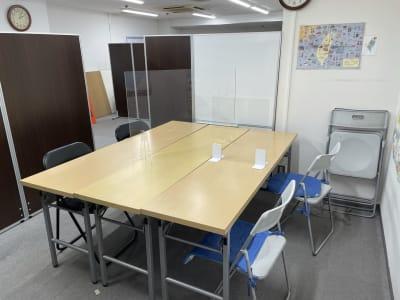 四人掛けですが予備の椅子1脚あります。 - 三軒茶屋レンタルスペース「サンチャイナ」 ルーム1(第一班)の室内の写真