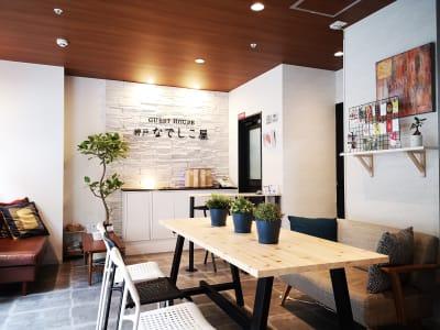 1Fラウンジスペース - ゲストハウス神戸なでしこ屋 元町駅近!ワーキングスペースの室内の写真