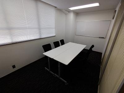 座席は6席ですが、4席でのご利用となります。 - 三豊ビル 4名様までのミーティングスペースの室内の写真