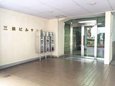 三豊ビルエントランスです。 - 三豊ビル 4名様までのミーティングスペースの入口の写真