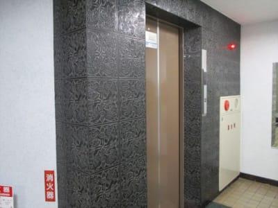 奥のエレベータで6階までお越しください。 - 三豊ビル 16名までのミーティングスペースの入口の写真