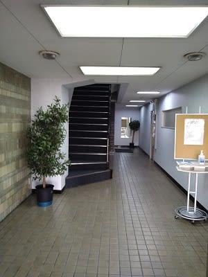 三豊ビルエントランスです。 - 三豊ビル 16名までのミーティングスペースの入口の写真