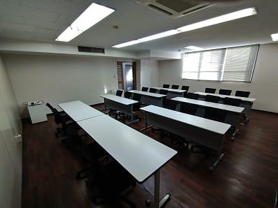 コロナ対応で16名様までのご利用です。スクール形式での設営です。 - 三豊ビル 16名までのミーティングスペースの室内の写真