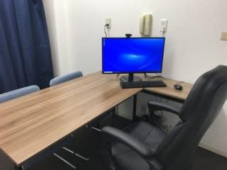 パソコンはWEBカメラ付き、Office2019、ZOOMインストール済。27インチモニタは高解像度WQHDで広々。 - 自習室天馬館別館 テレワーク対応個室3号室の室内の写真
