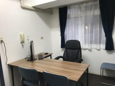 長時間でも疲れにくいフルバックリクライニングチェア、L字型テーブルでゆったりお仕事。 - 自習室天馬館別館 テレワーク対応個室3号室の室内の写真