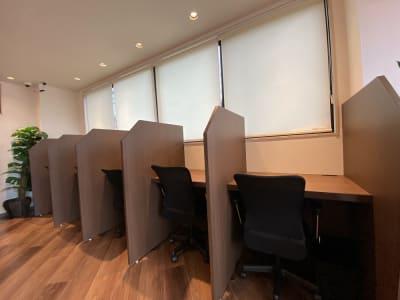 パーテーションが1席ずつ取り付けてあり、隣の様子が見えない席です。 - HaNaLe三鷹台駅会議室 個別デスク席④の室内の写真