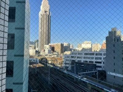 景色は新宿〜渋谷区まで一望できます! - パーソナルトレーニングジム インテンションの室内の写真