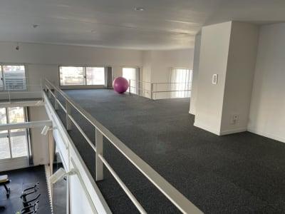天井は4mの吹き抜けです。 - パーソナルトレーニングジム インテンションの室内の写真