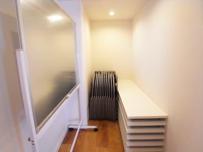 一番奥に準備室がありますので、そちらから机・イス・ホワイトボードをご使用ください。 - KOBE RENT SPACE Sスタジオ(2F)多目的スペースの設備の写真