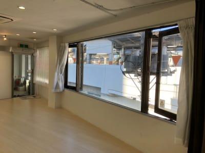 スタジオ内の窓を開けた写真です(カーテンは端に寄せてご使用ください) - レンタルスタジオPiatto ダンスが出来るレンタルスタジオの室内の写真