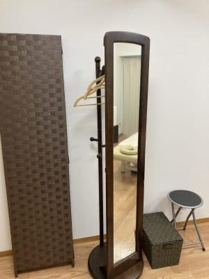 鏡やパーテーションもあり、女性の方にも好評です。 - simple三鷹 施術専用レンタルサロンの室内の写真
