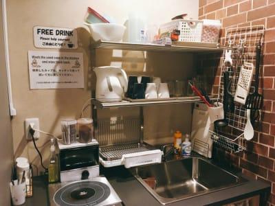 1F キッチン 電子レンジ・冷蔵庫・トースター完備 - ゲストハウス神戸なでしこ屋 個室コワーキングスペースの設備の写真