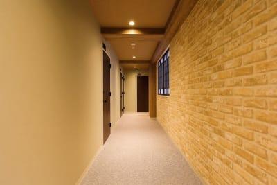 2F 廊下 - ゲストハウス神戸なでしこ屋 元町駅近!ワーキングスペースの室内の写真