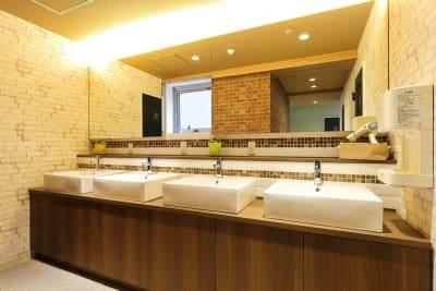 2F 洗面所 - ゲストハウス神戸なでしこ屋 元町駅近!ワーキングスペースの設備の写真