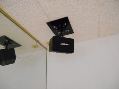 BOSEの吊り下げ式スピーカーが天井の左右についています。 Bluetoothアンプでスマホとボタンひとつで接続可能です。 - レンタルスタジオ・アドレ Cスタジオ ダンス・音楽スタジオの室内の写真