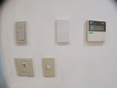エアコン、換気扇、調光式ライトなどの各スイッチです。 - レンタルスタジオ・アドレ Cスタジオ ダンス・音楽スタジオの室内の写真