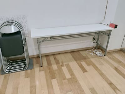 テーブルとイス4脚があり、休憩も楽です。 - レンタルスタジオ・アドレ Cスタジオ ダンス・音楽スタジオの設備の写真