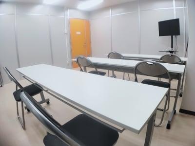 テーブルx3とイスx9のスペースです。 - レンタルスタジオ・アドレ Dスタジオ 会議室の室内の写真