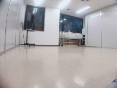 テーブルとイスは折り畳み式なのでスペースを作るのも簡単です。 - レンタルスタジオ・アドレ Dスタジオ 会議室の室内の写真