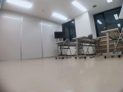 テーブルを3台並べても、もう少し余裕があります。 - レンタルスタジオ・アドレ Dスタジオ 会議室の室内の写真