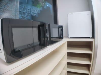 小型冷蔵庫、電子レンジ、電気ケトルを揃えております。 - レンタルスタジオ・アドレ Dスタジオ 会議室の設備の写真
