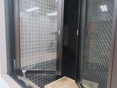 窓が2枚あり、両方とも開けることが可能です。 網戸もついています。 - レンタルスタジオ・アドレ Dスタジオ 会議室の室内の写真