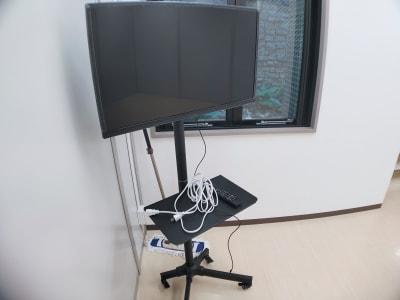 32インチモニターです。 TV視聴可能。 外部端子はHDMIがありますので、ミラーリングモニターとしてもご利用いただけます。 - レンタルスタジオ・アドレ Dスタジオ 会議室の設備の写真