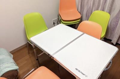 会議やソロワークにおすすめのチェアとテーブル - 大久保ルーフトップワークス 屋上付きのワークスペースの室内の写真