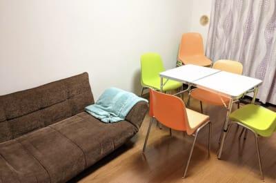 ソファもあります - 大久保ルーフトップワークス 屋上付きのワークスペースの室内の写真