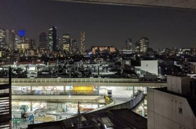 夜景も素敵です - 大久保ルーフトップワークス 屋上付きのワークスペースの室内の写真