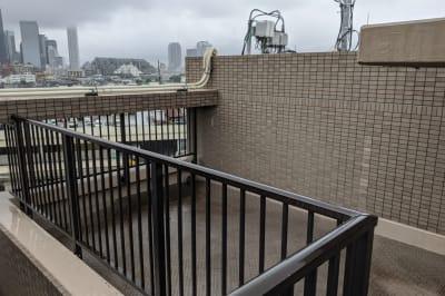 屋上は新宿が見渡せます - 大久保ルーフトップワークス 屋上付きのワークスペースの室内の写真