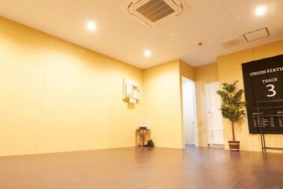 エアコンも設置しています。 - レンタルスタジオアルル難波店 ダンスができるレンタルスタジオの室内の写真