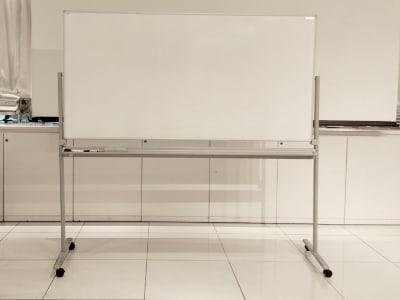 ホワイトボード - 銀座レンタルスペース、貸し会議室 銀座会議スペース(Cルーム)の設備の写真