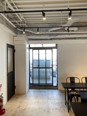 窓を開けて喚起可能 - タイムシェアリング秋葉原奥山ビル 会議室の室内の写真