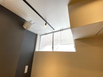 窓を開けて喚起可能(操作方法にご注意ください) - TIME SHARING新横浜 TIME SHARING新横浜Aの室内の写真
