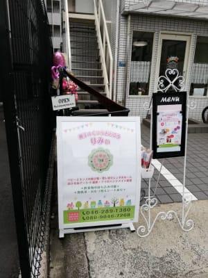 大通り沿いにある看板が目印です。階段を上がってください。 - 親子のくつろぎどころ りみぃ 貸切レンタルルームの外観の写真