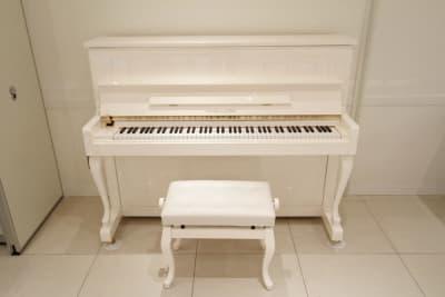 アップライトピアノ(白)調律は委託のため+料金になります。 - 品川レンタルスペース、貸し会議室 人数制限60名様(CDルーム)の設備の写真